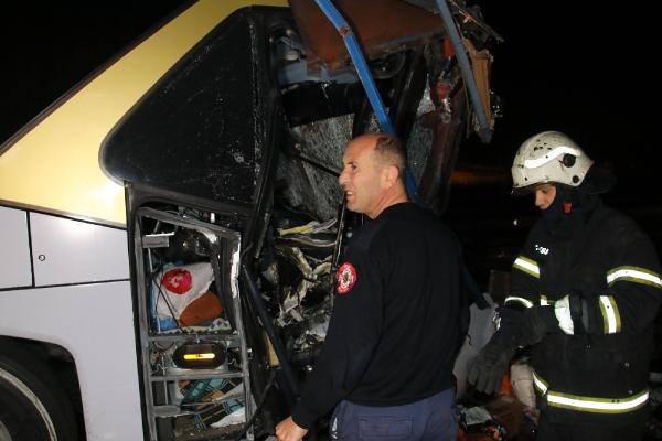 Düzce'de otobüs, otoyolda hatalı dönüş yapan TIR'a çarptı: 2 ölü, 35 yaralı -7