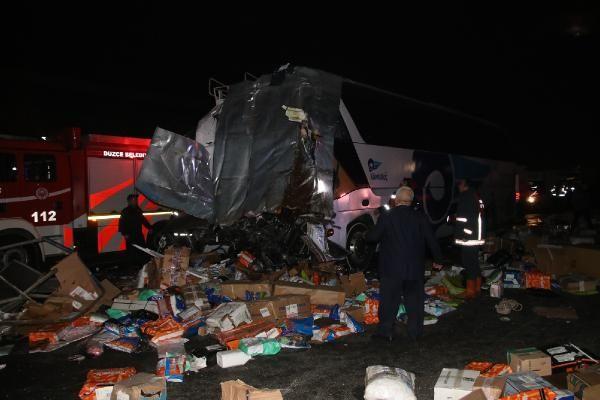 Düzce'de otobüs, otoyolda hatalı dönüş yapan TIR'a çarptı: 2 ölü, 35 yaralı -8