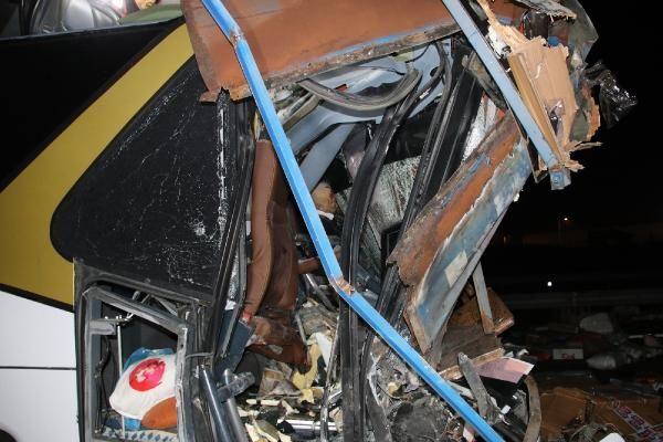 Düzce'de otobüs, otoyolda hatalı dönüş yapan TIR'a çarptı: 2 ölü, 35 yaralı -4