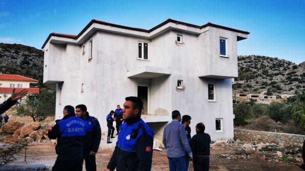 Marmaris'te kaçak yapılara ilk kepçe vuruldu -3