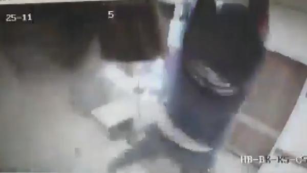 Hastanede tavandan düşen kişi kamerada -2