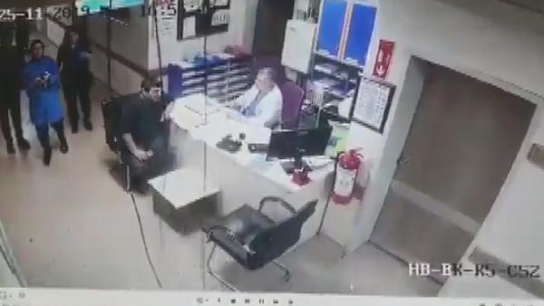 Hastanede tavandan düşen kişi kamerada -5