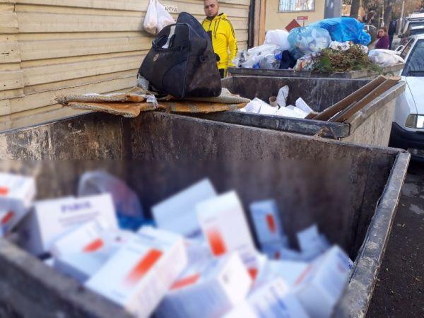 Çöp konteynırında yüzlerce kutu ilaç bulundu -2