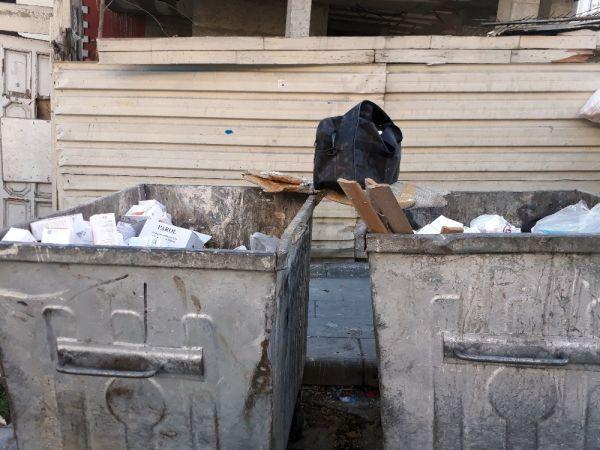 Çöp konteynırında yüzlerce kutu ilaç bulundu -3