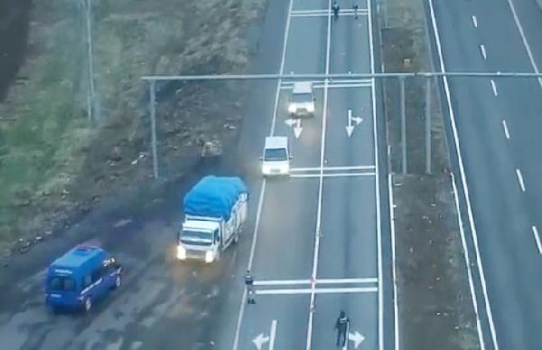 Drone ile takip edilen kamyonda 330 kilo esrar ele geçirildi -1