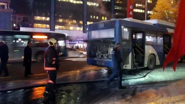 Ankara Kızılay Meydanı'nda otobüs yangını -3