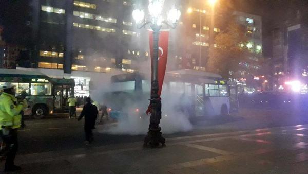 Ankara Kızılay Meydanı'nda otobüs yangını -1