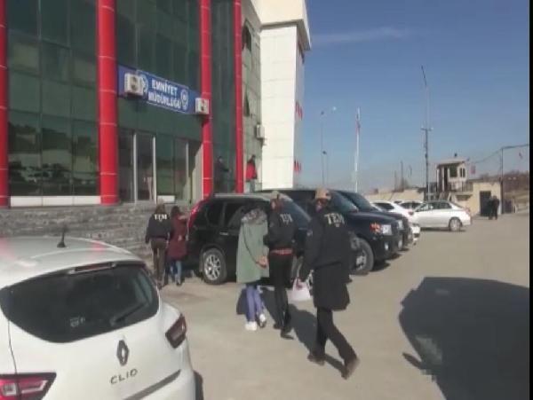 MİT ve polis, sınır ötesi operasyonla yakaladıkları 2 teröristi Türkiye'ye getirdi -1