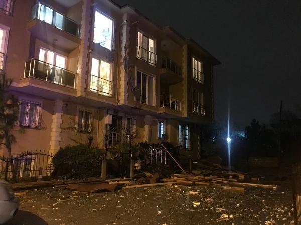 Çekmeköy'de uçan çatı 100 metre ilerideki binanın içine girdi -3