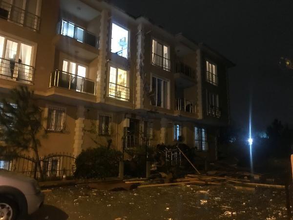 Çekmeköy'de uçan çatı 100 metre ilerideki binanın içine girdi -1