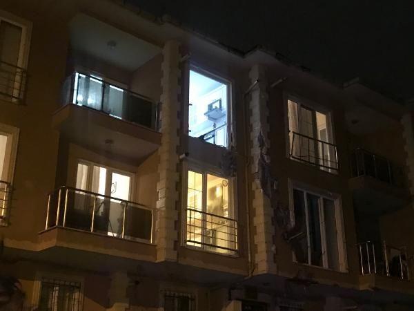 Çekmeköy'de uçan çatı 100 metre ilerideki binanın içine girdi -2