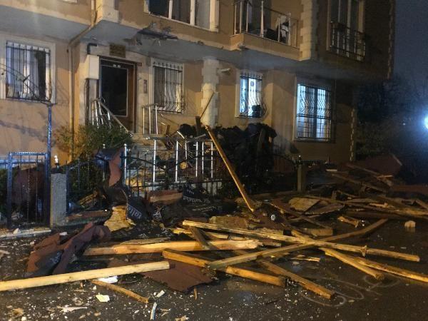 Çekmeköy'de uçan çatı 100 metre ilerideki binanın içine girdi -4