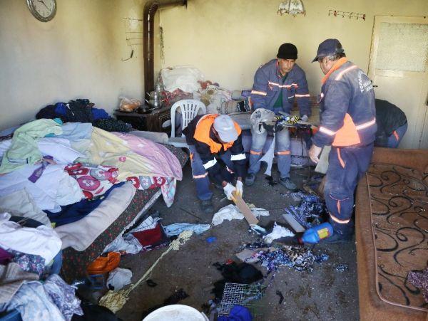 Mersin'de bir evden 10 ton çöp çıktı -2