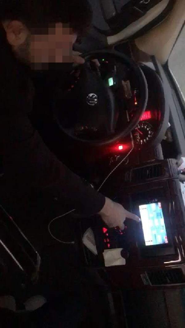 Yolcu minibüsünü kullanırken, araç içi ekrandan okey oynadı -1