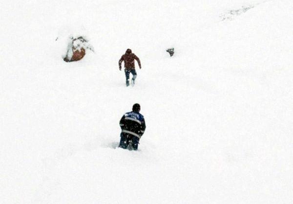 Dicle Elektrik ekibi azmetti, kar yığınları arasında arızayı onardı -1