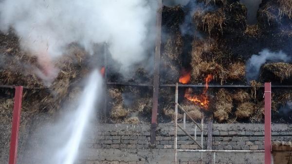 Kopan elektrik kablosu çiftlikte samanlığı yaktı -10