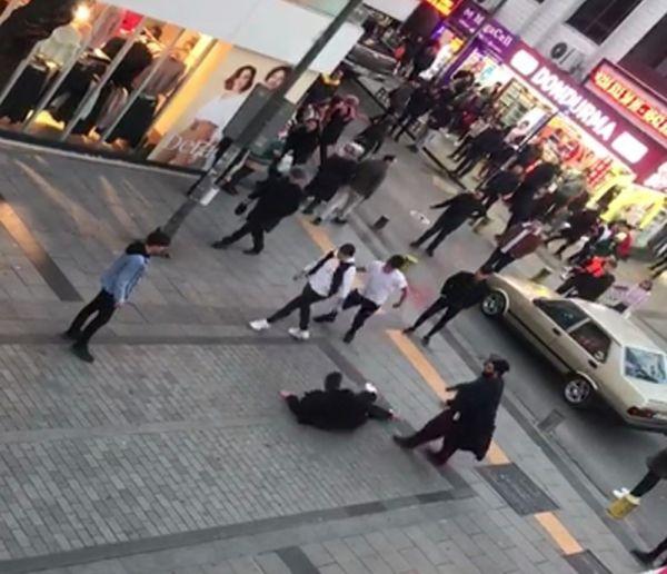 (Özel) Pendik'te sokak ortasında tekmeli yumruklu kavga kamerada -2