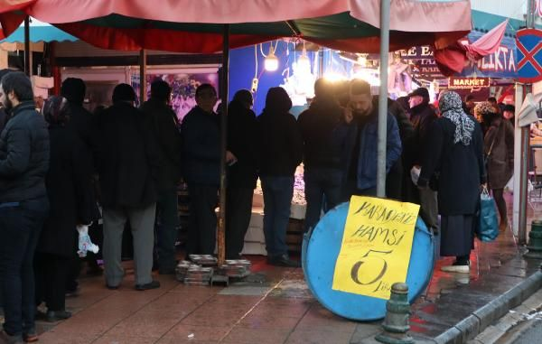Eskişehir'de hamsinin kilosu 5 TL'ye düşünce, balıkçılarda uzun kuyruklar oluştu -6