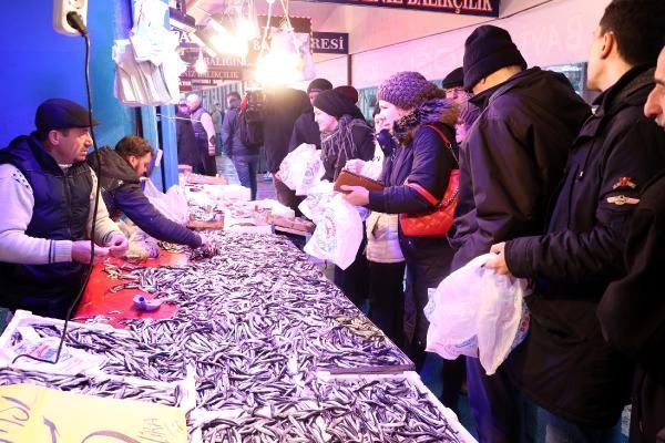 Eskişehir'de hamsinin kilosu 5 TL'ye düşünce, balıkçılarda uzun kuyruklar oluştu -1