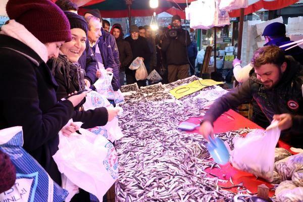 Eskişehir'de hamsinin kilosu 5 TL'ye düşünce, balıkçılarda uzun kuyruklar oluştu -3
