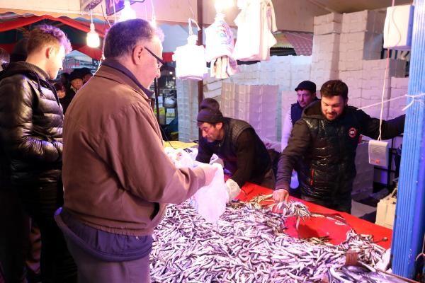 Eskişehir'de hamsinin kilosu 5 TL'ye düşünce, balıkçılarda uzun kuyruklar oluştu -4