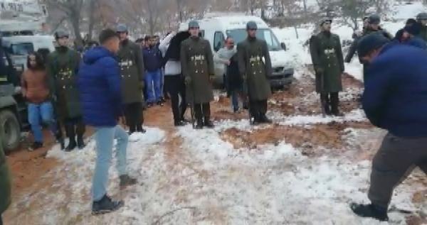 Şehit cenazesinde tören mangasındaki askerlere montlarını giydirdiler -4