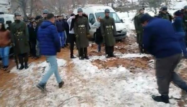 Şehit cenazesinde tören mangasındaki askerlere montlarını giydirdiler -1