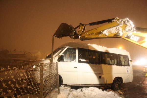 Seyir halindeki minibüsün sürücüsü kalp krizi geçirip öldü -5