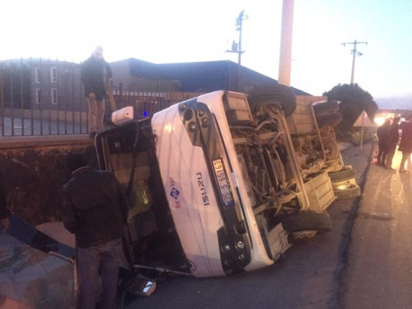 İzmir'de servis aracı devrildi: 8 yaralı -1