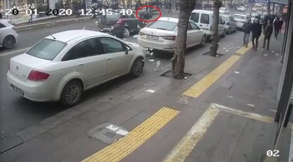 Cezayı engellemek için koşan sürücüye otomobil çarptı; paralar yola saçıldı -1