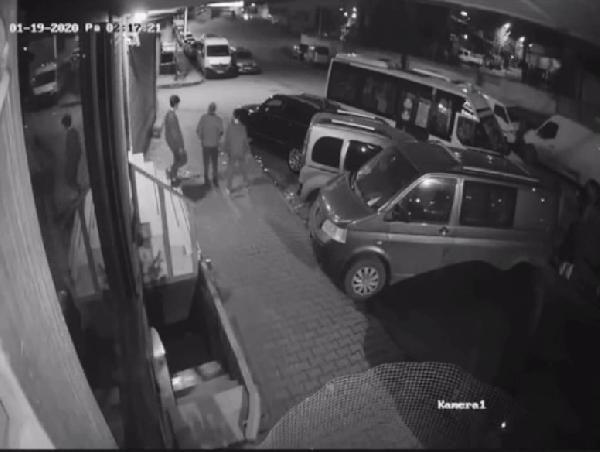 Sultangazi'de uyuyakalan minibüs sürücüsü park halindeki araçlara çarptı -3