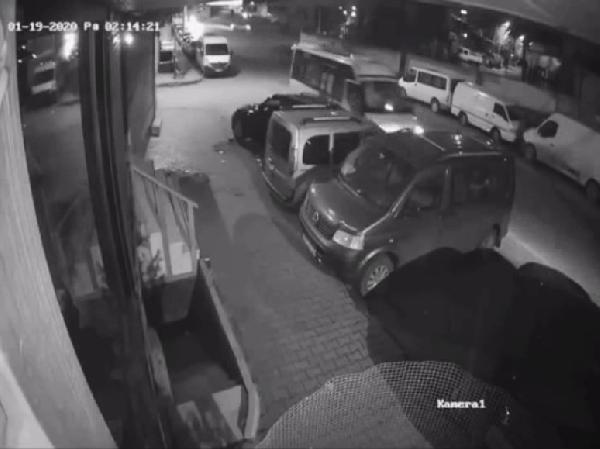 Sultangazi'de uyuyakalan minibüs sürücüsü park halindeki araçlara çarptı -1