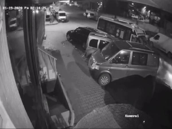 Sultangazi'de uyuyakalan minibüs sürücüsü park halindeki araçlara çarptı -2