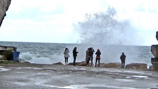 Turistler dev dalgalarla öz çekim peşine düştü -1