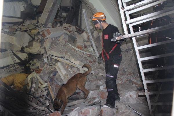Elazığ'da 12 yaşındaki çocuk, 5 saat sonra enkazdan sağ çıkarıldı