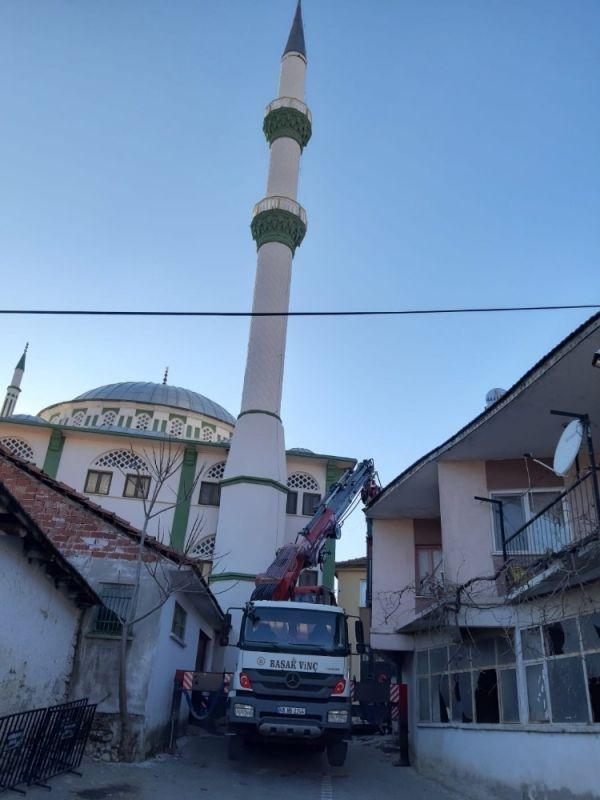 Kırkağaç'ta depremde hasar gören cami minaresi yıkıldı