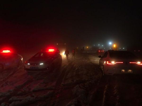 Bolu Dağı yoğun kar nedeniyle trafiğe kapatıldı -4