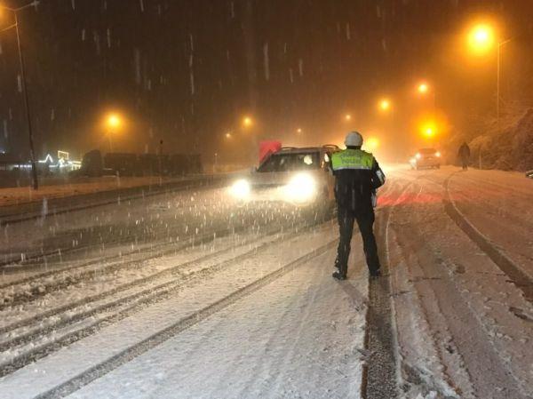 Bolu Dağı yoğun kar nedeniyle trafiğe kapatıldı -2