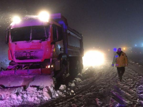 Bolu Dağı yoğun kar nedeniyle trafiğe kapatıldı -5