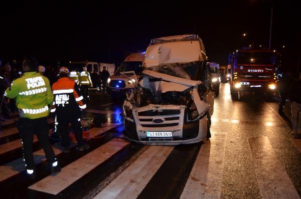 Minibüs, kırmızı ışıkta duran kamyona çarptı: 13 yaralı