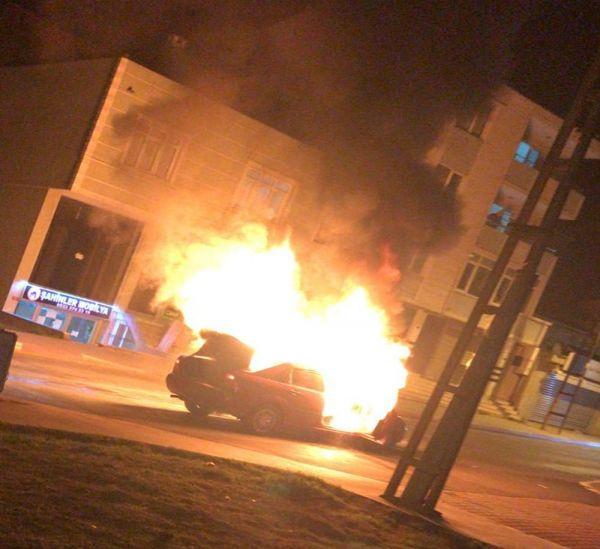 Seyir halindeki otomobil alev alev yandı -1