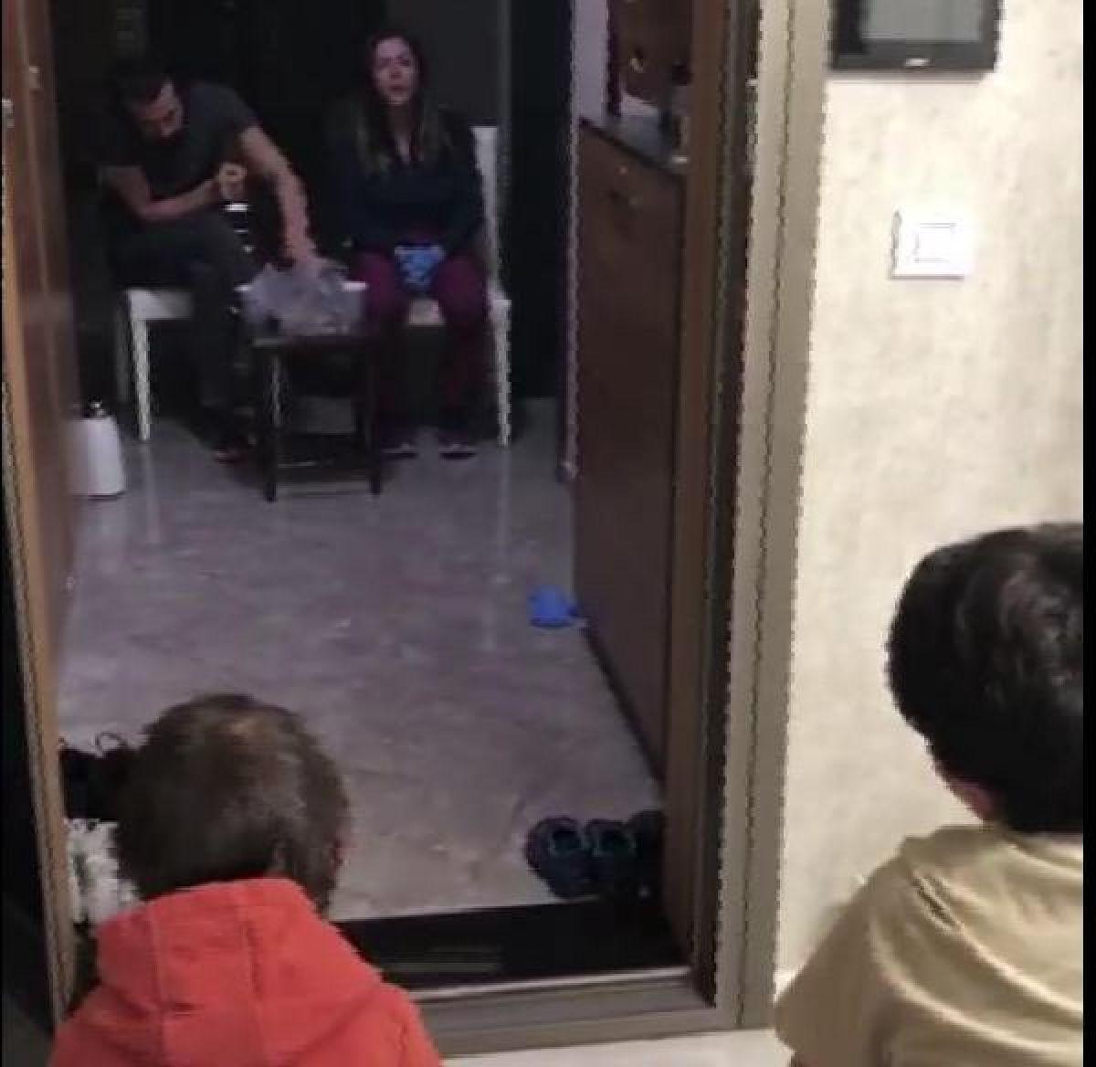 Doktor çift, çocuklarıyla 'sosyal mesafe' gözeterek görüşüyor -1