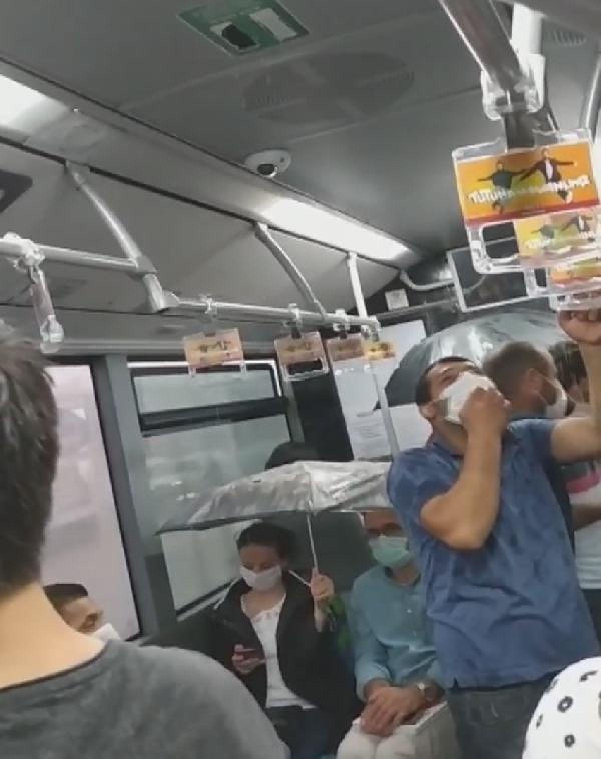 Metrobüs içinde tavandan akan sudan şemsiyeyle korundular -2