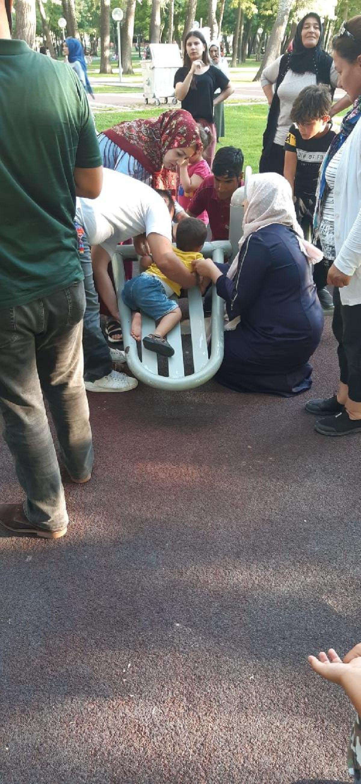 Aksaray'da ayağı sıkışan çocuğu itfaiye kurtardı #3