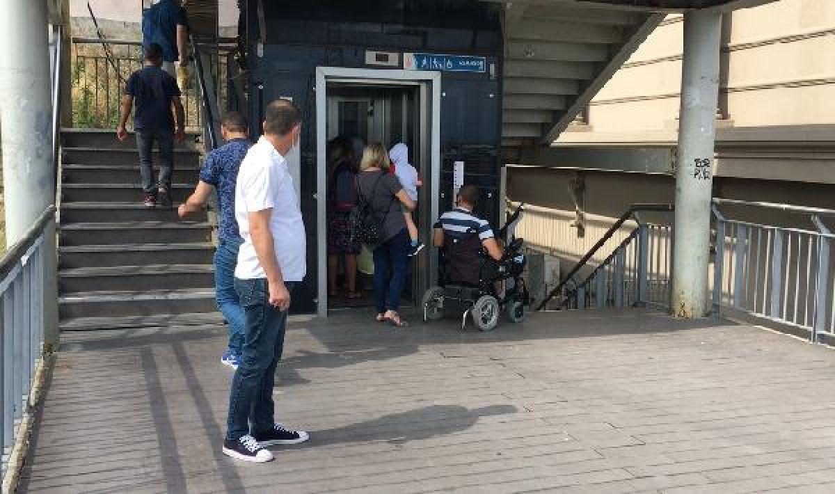 Metrobüs durağında engelli vatandaşa asansör ayıbı #4