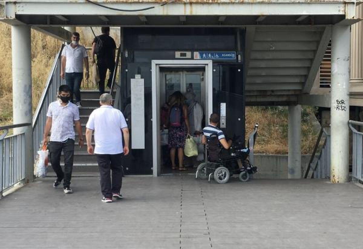 Metrobüs durağında engelli vatandaşa asansör ayıbı #2