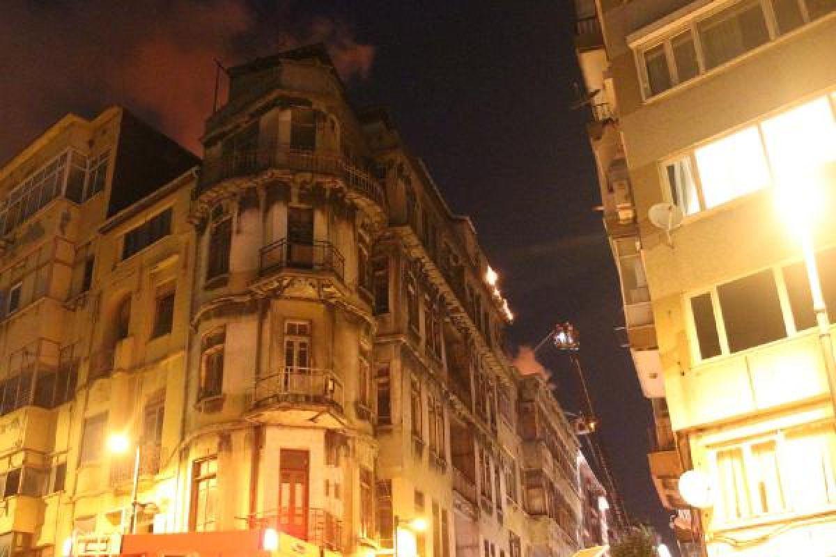 Şişli'de kullanılmayan 3 binanın çatısı yandı #1