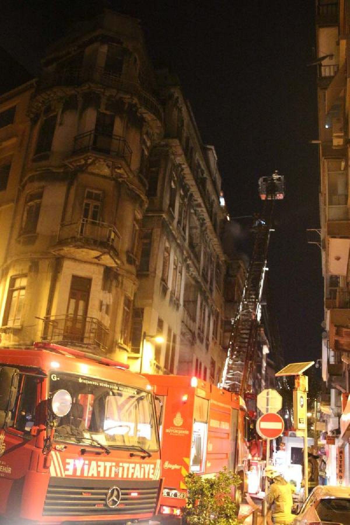 Şişli'de kullanılmayan 3 binanın çatısı yandı #5