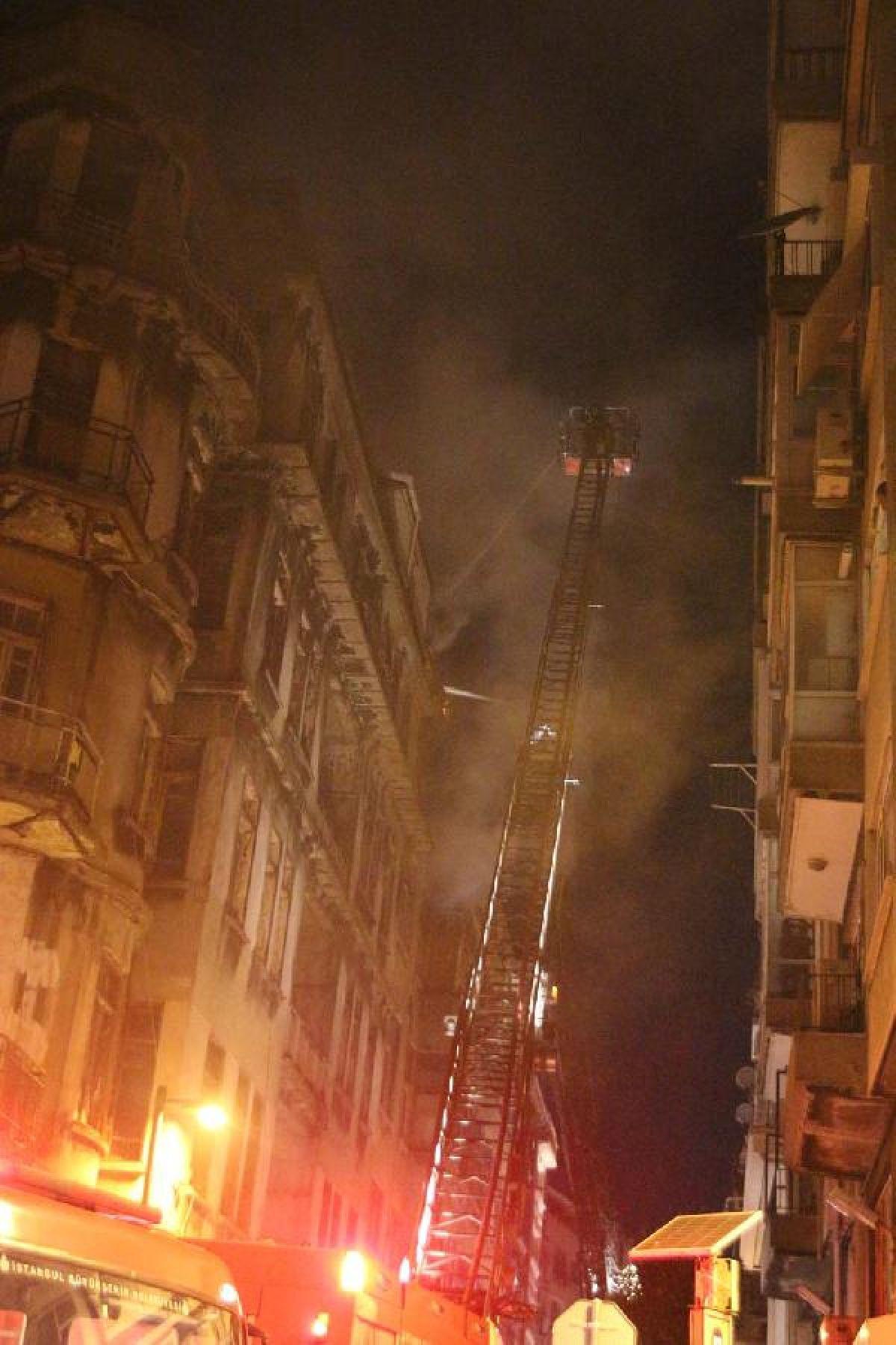 Şişli'de kullanılmayan 3 binanın çatısı yandı #6