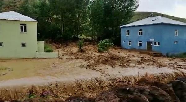 Bingöl'de sel ev ve ekili alanlara zarar verdi #1